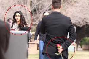 Как преображаются лица женщин, когда им дарят цветы: лучший знак внимания к 8 Марта