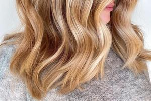 Медово-русый — трендовый оттенок в окрашивании волос этого сезона: несколько модных вариантов
