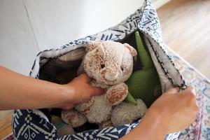 Из симпатичной ткани сшила большой мешок на липучках для хранения мягких игрушек. Одновременно ребенок использует его как большую подушку-кр