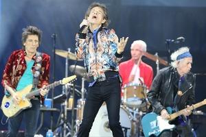 Когда не до вечеринок: участник культовой группы Rolling Stones признался, что проводит вечера за вязанием