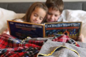 Идея для новогоднего подарка: флисовые одеяла с самодельным декором порадуют близких и спасут их от зимних холодов