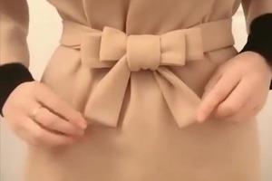 Завязываю тканевый ремень в форме бантика: с таким акцентом даже простое платье выглядит празднично