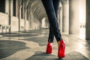 Женщинам иногда приходится носить высокие каблуки весь день: массаж стопы теннисным мячом и другие советы, как снять усталость ног без лекар