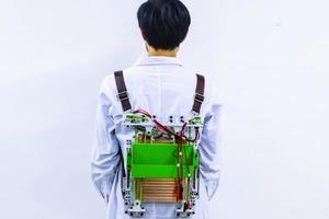 Движение может приносить энергию: инженеры создали рюкзак, вырабатывающий бесплатную энергию при движении