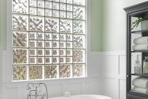 Окна из стеклоблоков и краска вместо плитки: какие элементы декора в своей ванной комнате стоит обновить в 2021 году