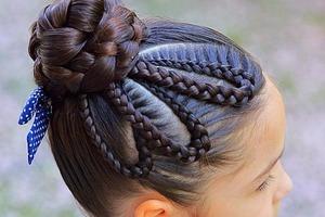 Посмотрев несколько уроков в интернете, мама двух девочек создает фантастические плетеные прически