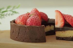 Шоколадный тарт с шоколадной глазурью и клубникой: рецепт