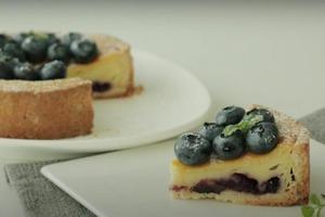 Домашний высокий пирог со сливочным сыром и черникой: комплименты от гостей обеспечены