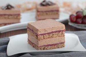 """Вкусный и сочный бисквитный торт """"Арина"""" с шоколадным кремом и вишней: десерт, который просто тает во рту"""