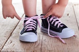 Учим ребенка завязывать шнурки: покупаем разноцветные, и другие уловки