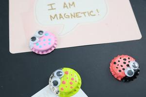 Из бутылочных крышек я сама сделала милые смешные магниты. Это очень просто, и затраты минимальные