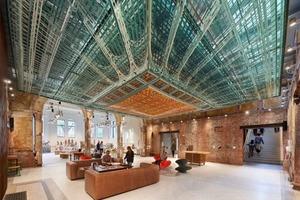 Дизайнеры создали в музее инсталляцию из текстиля на потолке, узор которой меняется в зависимости от точки обзора (фото)
