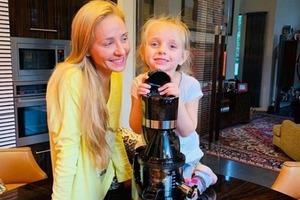 """Классика от малышки: дочка Татьяны Навки рассказала """"Белый парус"""" на камеру"""