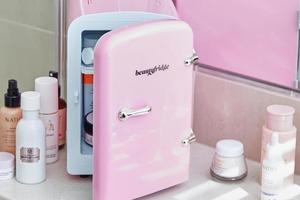 Храните крем для глаз в холодильнике: 5 советов по эффективному и экономному использованию косметики