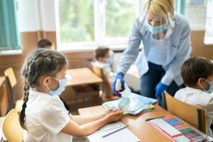 Трудовой кодекс не предусматривает: учителей не будут увольнять за отказ прививаться от коронавируса