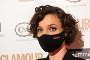 На ежегодном гала-концерте «Женщина года в стиле гламур» особое внимание было уделено безопасности. Вот такие маски можно было встретить