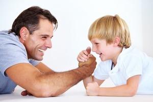 Мужчина заключил с сыном пари, проиграл и не сдержал обещание: с точки зрения психологии, это может травмировать ребенка