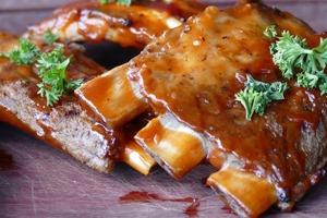 Свиные ребрышки запекаю со сливовым вареньем, имбирем и лимоном: блюдо получается как ресторанное