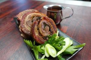 Потрясающий бараний рулет в курином бульоне: необычное блюдо, которое точно удивит всех гостей