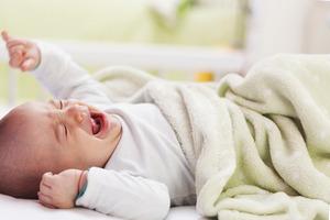 Малыш засыпает только на руках? Как выработать у ребенка привычку засыпать в кроватке, чтобы он не пугался