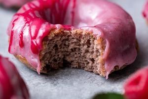 Пока свежие ягоды еще есть в магазине, для детей готовлю розовые пончики в малиновой глазури