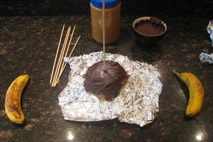 Банановое мороженое на палочке: формирую из фрукта шарик, обмазываю арахисовой пастой и поливаю шоколадной глазурью
