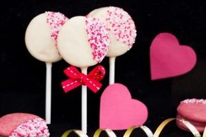 Необычные кейк-попсы с печеньем вместо бисквита: яркое лакомство в шоколадной глазури