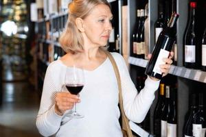 Выбираем вино к ужину: сухое подходит к овощам, а также другие рекомендации