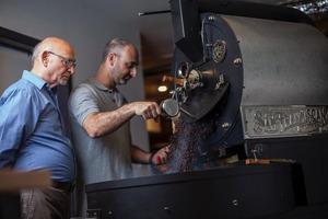 """""""Когда сын присоединился к бизнесу, я почувствовал, что у меня все отнимают"""": история семейной кофейни"""