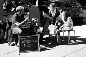 Почтовый экспресс: доктор философии Брэндон Вульф помогает писать письма незнакомцам «старым» способом, чтобы они отправили их друзьям