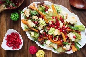 Простой салат для тех, кто любит интересное сочетание. Батат, цветная капуста и гранат