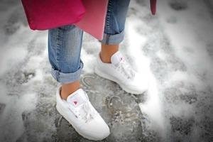 Не понимаю, зачем девушки мерзнут, желая оставаться стильными. Укороченные брюки можно носить даже зимой, не дрожа при этом от холода (стиль