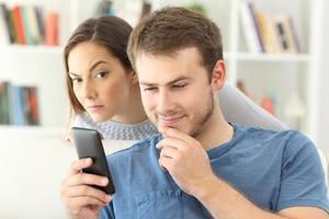 Лев и еще 2 знака зодиака, которые особенно любят заглядывать в мобильный телефон партнера