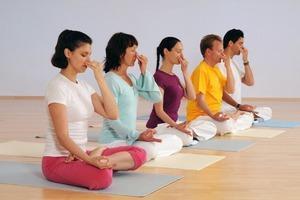 Облегчить боль в спине или снять похмельный синдром: простые техники йоги и медитации