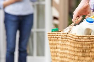 Как выжить в пандемию: девушка организовала полезный для пожилых людей бизнес - она оказывает услуги шопинга