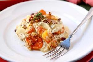 Овощной гратен со сливочным соусом из голубого сыра: простой рецепт