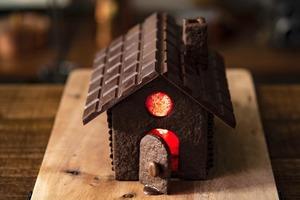 Кулинарные шедевры: как сделать домик из темного шоколада своими руками