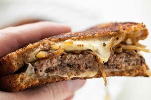 Вкусный сэндвич для тех, кто любит фастфуд: рецепт