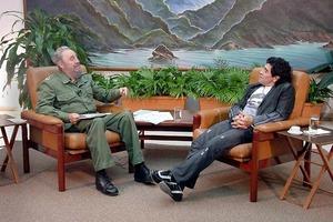 Если бы он не был великим футболистом, то стал бы пламенным революционером: как Диего Марадона восхищался Фиделем Кастро