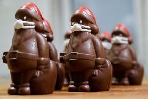 Кондитер из Венгрии Ласло Римоци делает шоколадных Дедов Морозов в сладких масках
