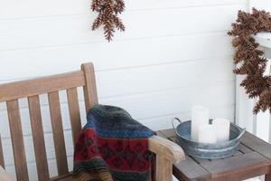 Эффектный новогодний венок в виде снежинок: смастерила праздничное украшение из еловых шишек