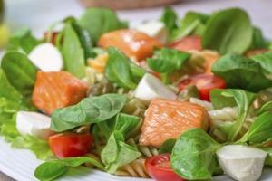 Овощной салат на ужин полезен, но мои мужчины ворчат, что не наедаются. Превращаем салат в насыщенное, питательное блюдо