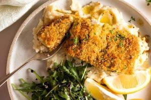 Быстрый и простой в приготовлении ужин – рыба под сырной крошкой: духовка разогревается дольше, чем готовится блюдо (рецепт + видео)