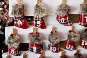 """Новогодняя """"елка"""" с адвент-календарем: мастерим эффектный декор из деревянных поддонов и миниатюрных чулок"""