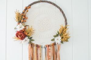 Эффектный ловец снов из кружевной салфетки, искусственных цветов и ленточек: материть его - одно удовольствие