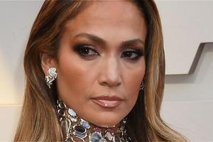 """Фанаты Дженнифер Лопес обвинили ее во лжи: все дело в новой рекламе ее """"волшебной"""" косметики"""