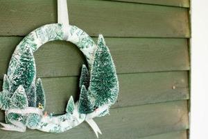 Новогодний венок из ткани и искусственных елочек: радуемся сами и поднимаем настроение близким с помощью новогоднего декора