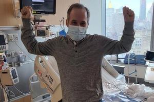 Житель Нью-Йорка потратил 5 месяцев, чтобы разыскать и поблагодарить 116 врачей, которые спасли его от тяжелой формы COVID-19