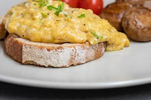 Как приготовить идеальную яичницу-болтунью, если нет антипригарной сковороды: 5 простых шагов