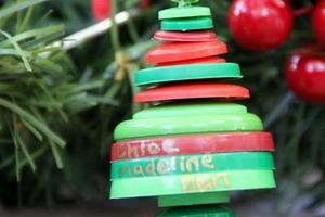 Именная и нарядная, может сделать даже ребенок: как вместе сделать семейное дерево в виде новой елочной игрушки